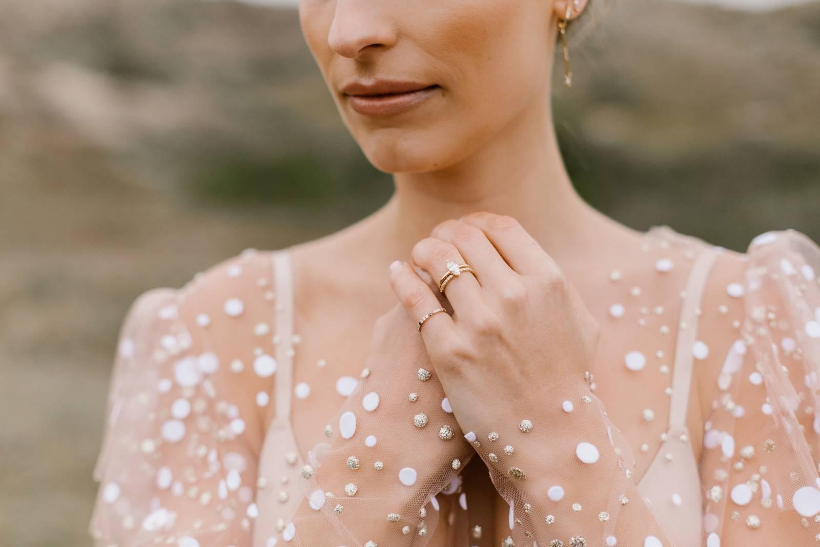 Elliot and Ostrich - Bruidsjuwelen - Trouwringen - Verlovingsringen - Fotograaf: Elodie Deceuninck - House of Weddings - 1