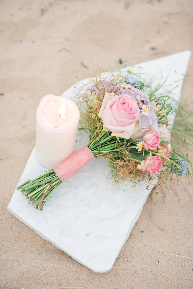 Botticelli inspired shoot - Belgium - Italy - beach - bouquet - marble