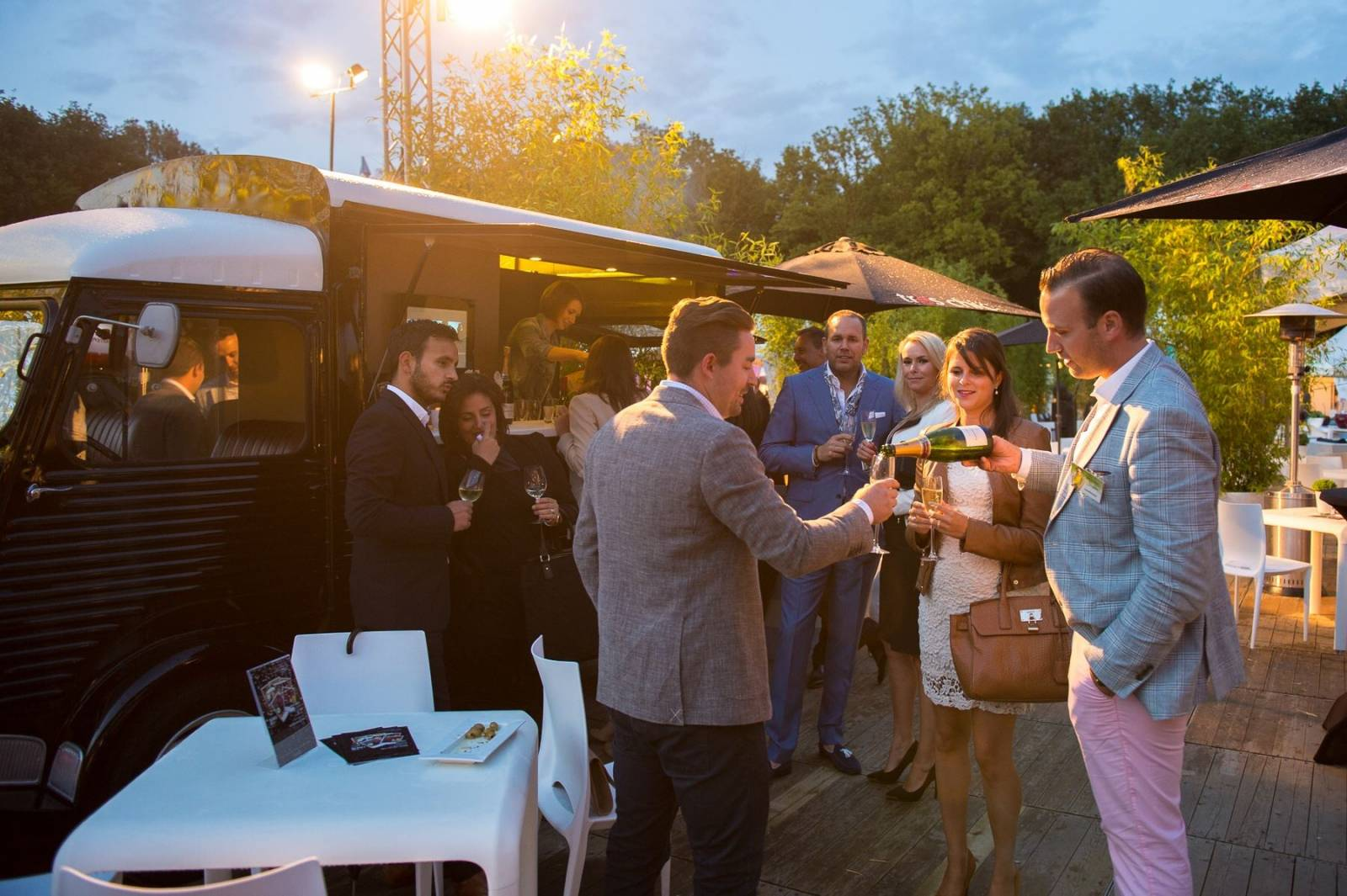 House of Weddings Bubblebus Bubbelbus foodtruck drinks truck Jurgen Somers Receptie Cava Champagne Cocktails Hapjes (3)
