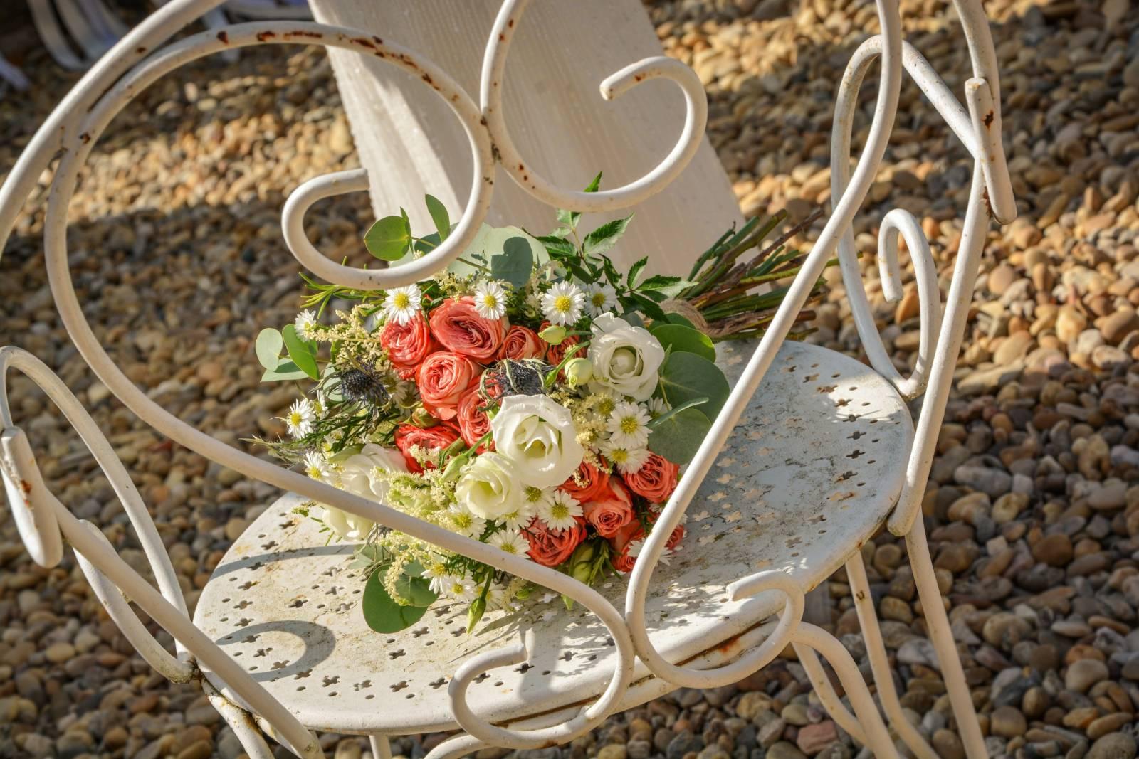 huwelijk frankrijk provence tent ceremonie decoratie bloemen (10)