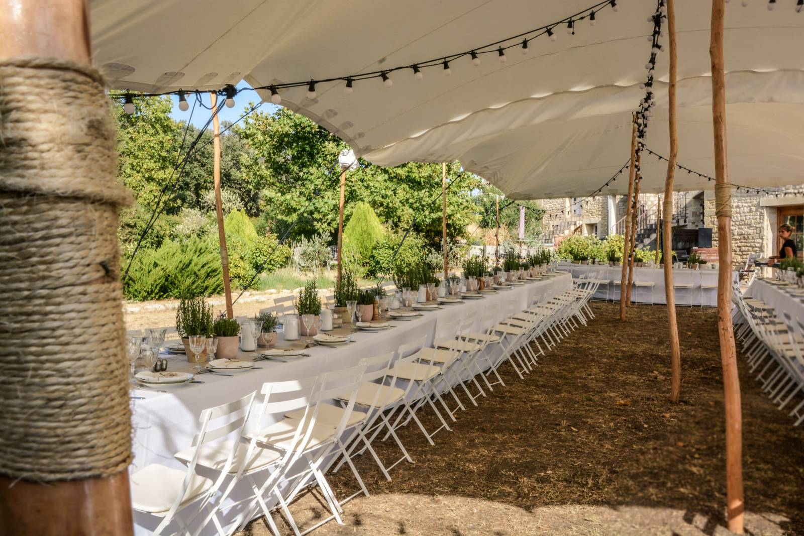 huwelijk frankrijk provence tent ceremonie decoratie bloemen (14)