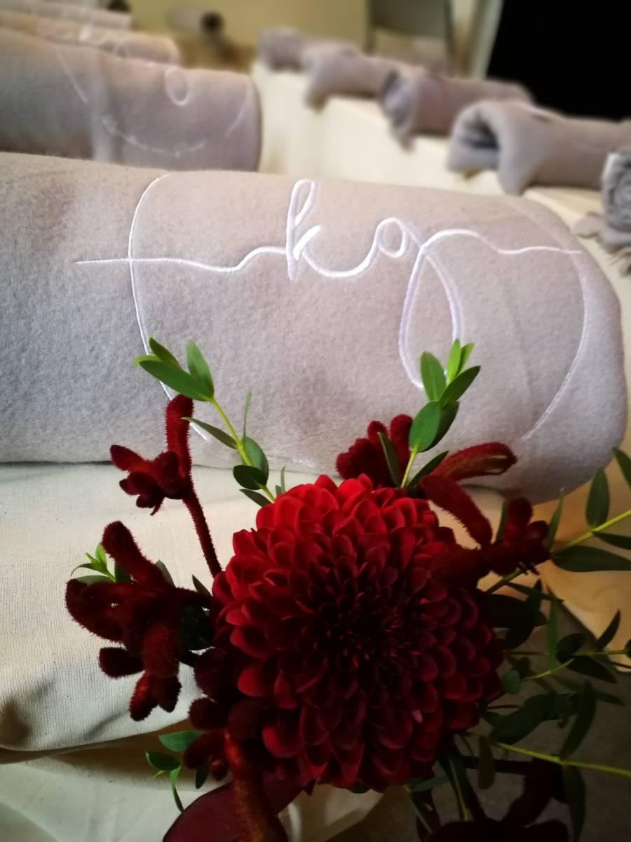 trouwfeest vintage gezellig cafe local rode bloemen (14)