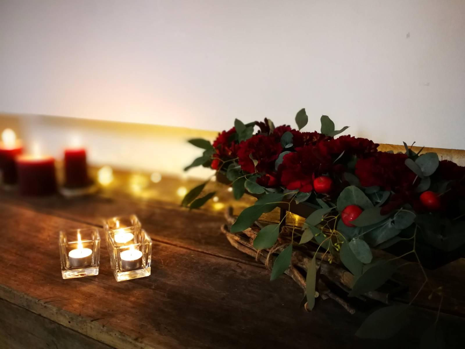 trouwfeest vintage gezellig cafe local rode bloemen (15)