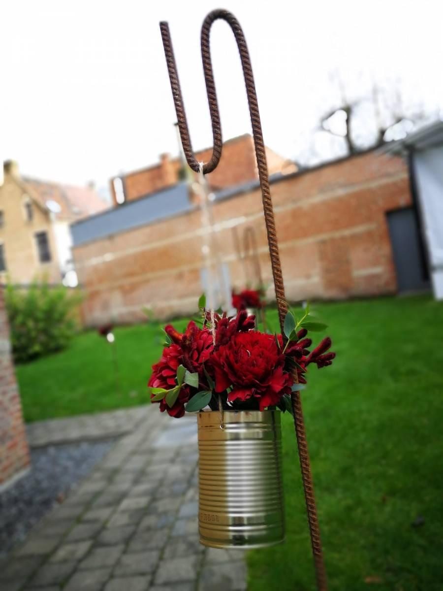 trouwfeest vintage gezellig cafe local rode bloemen (17)